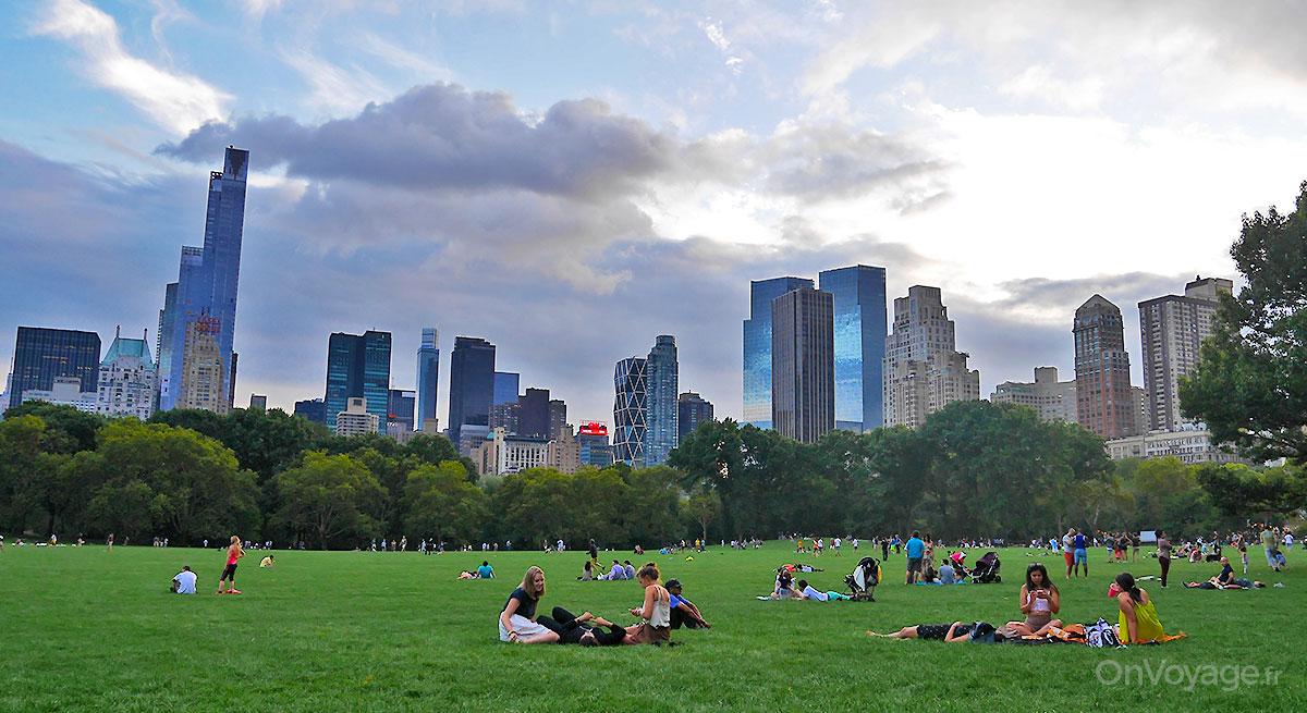 Apéro en soirée sur la pelouse de Central Parc